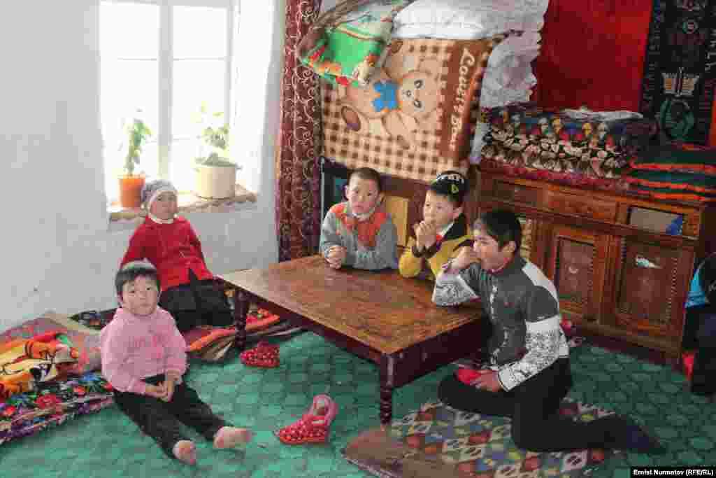 Многих детей в таких семьях оставляют на попечение дедушек и бабушек.