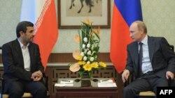 Ресей президенті Владимир Путин (оң жақта) Иранның сол кездегі президенті Махмуд Ахмадинежадпен кездесіп отыр. Пекин, 7 маусым 2012 жыл. (Көрнекі сурет)