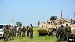 Pamje e njësiteve YPG në kufirin siriano-turk