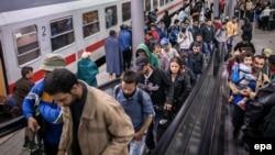 روزانه صدها و گاه هزاران پناهجو خود را به آلمان میرسانند