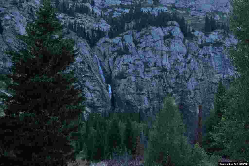 Так выглядит водопад на расстоянии.