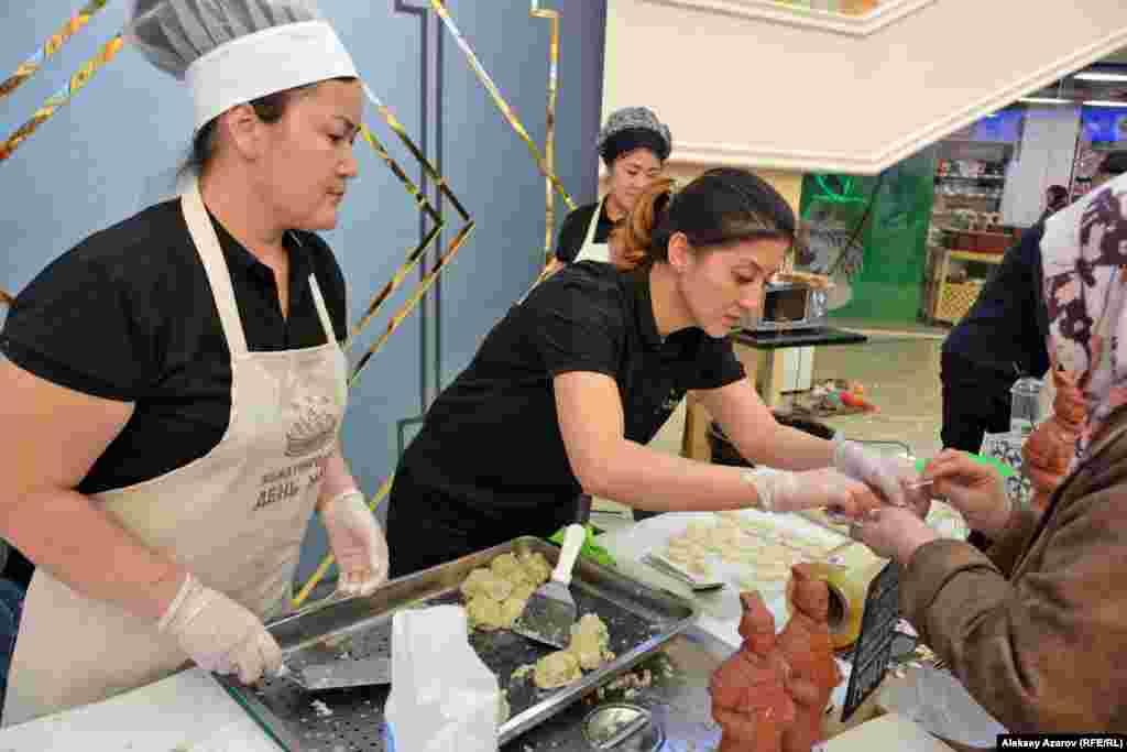 Ресторан монгольской кухни готовил бууз – монгольские манты двух видов. С говядиной и с говядиной и тыквой.