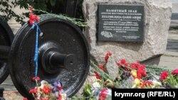 В Керчи к памятнику жертвам депортации 1944 года на вокзале приносят живые цветы. 18 мая 2020 года