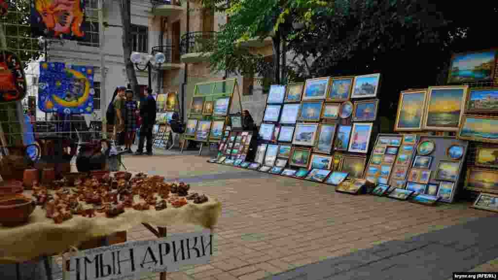 Феодосийские«чмындрики»– миниатюрные авторские фигурки из глины – продаются на местном вернисаже по 150 рублей