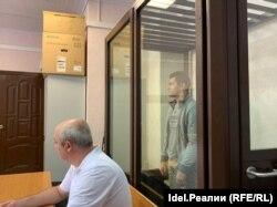 Элик Абдрашитов на заседании по избранию меры пресечения со своим адвокатом