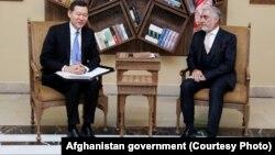 Абдулла Абдулла (п) во время официальной встречи с Кайратом Умаровым в Кабуле, 29 октября 2017 год