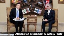 Абдулла Абдулла (п) під час офіційної зустрічі з Кайратом Умаровим в Кабулі, 29 жовтня 2017 року