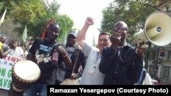 Құқық қорғаушы әрі журналист Рамазан Есіргепов (оң жақтан екінші) қоғамдық-саяси шаралардың бірінде Африка құрлығынан шыққан адамдармен бірге жүр. Париж, 2017 жылдың күзі.