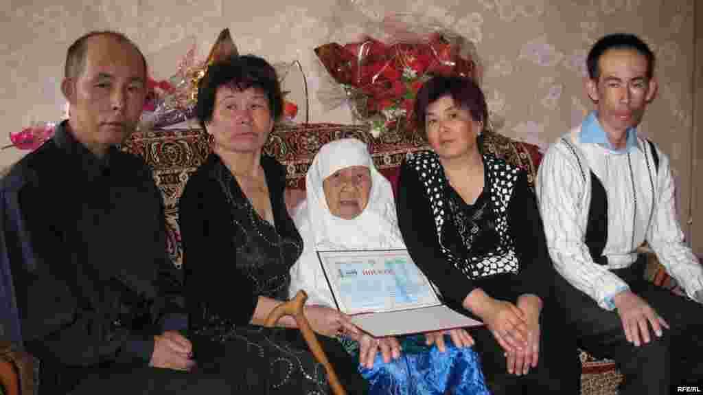 Сахан Досова в день своего 130-летнего юбилея в кругу родственников.