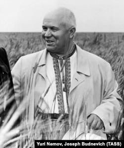 Микита Хрущов в українській вишиванці під час візиту до Казахстану. Кустанайська область, липень 1956 року