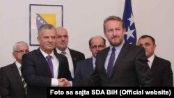 U prednjem planu Fahrudin Radončić (lijevo) i Bakir Izetbegović (desno), oktobar 2015.