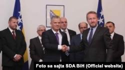Fahrudin Radončić i Bakir Izetbegovic u oktobru 2015. potpisali su sporazum o saradnji SBB i SDA