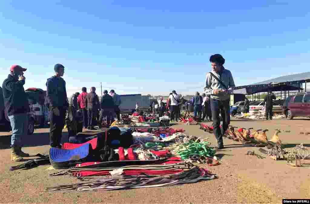 Қарабұлақ базарында малға қажет бұйымдар сатып тұрған саудагерлер.