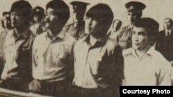 Участники Декабрьских событий (слева направо) Ертай Копесбаев, Тугельбай Ташенов, Кайрат Рыскулбеков, Кайыргельды Кузембаев на скамье подсудимых. Алматы, 16 июня 1987 года. Фото Юрия Беккера.