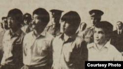 Участники Декабрьских событий 1986 года слушают свой приговор. Слева направо: Тугельбай Ташенов, Жамбыл Тайжумаев, Кайрат Рыскулбеков и Каиргельды Кузембаев. Алматы, 16 июня 1987 года.
