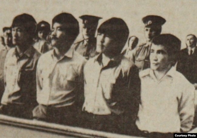Участники Декабрьских событий 1986 года в суде (слева направо): Ертай Копесбаев, Тугелбай Ташенов, Кайрат Рыскулбеков, Кайыргелди Кузембаев. Алматы, 16 июня 1987 года. Фото Юрия Беккера