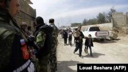Цивільні сирійці втікають зі Східної Гути під наглядом військ уряду Сирії і Росії, фото 15 березня 2018 року
