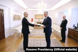 Ambasadori japonez, Akira Mizutani, duke dorëzuar kredencialet e tij te presidenti i Kosovës, Hashim Thaçi. Prishtinë, mars, 2020.