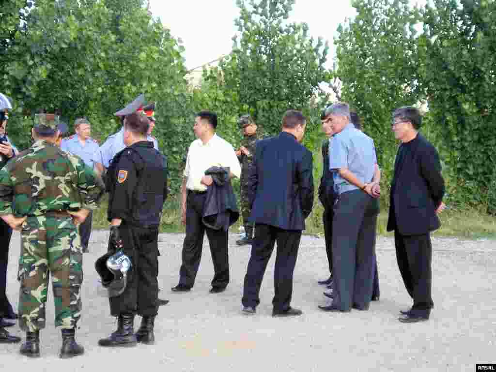 Тұрғындар Алматы полициясы бастығының орынбасары Нұрлан Самалиховтан (оң жақтан екінші) жасақты алып кетуді сұрады.