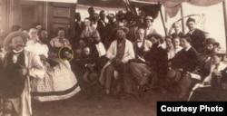 Марк Твен с попутчиками на борту парохода «Квакер-сити». Голова Марка Твена обведена кружком. Фото одного из пассажиров – Вильяма Джеймса.
