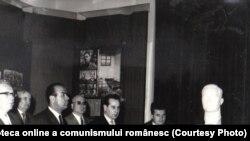 Ceaușescu a inaugurat propriul muzeu al comunismului. Acolo era reprezentat și el în zeci de sculpturi și pânze. Inaugurarea Muzeului de Istorie a PCR, a Mişcării Revoluţionare şi Democratice din România, 6 mai 1966. Fototeca online a comunismului românesc. cota:55/1966