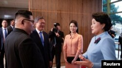 کیم جونگ اون، رهبر کره شمالی (سمت چپ)