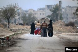 Жители восточного Алеппо покидают один из районов, который скоро может перейти под контроль армии Башара Асада, 5 декабря 2016 года