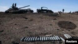 Танки и другая сожженная военная техника в Дебальцево