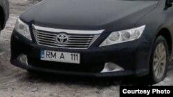 Maşina surprinsă de un turist pe 5 ianuarie 2013 la staţiunea montană de lângă s.Boian, Cernăuţi (Sursa foto: jurnal.md)