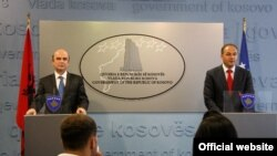 Edmond Panariti (majtas) dhe Enver Hoxha gjatë konferencës për shtyp në Prishtinë