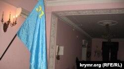Крымскотатарский флаг в лагере Крымской сотни в Октябрьском дворце