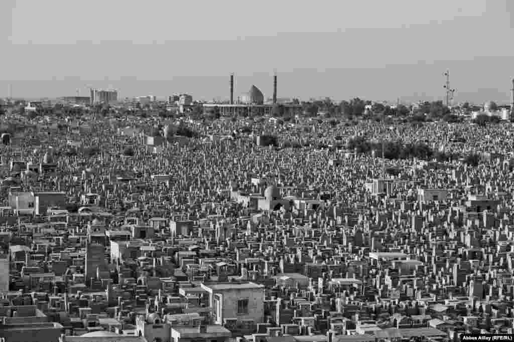 """Dünyanın ən böyük məzarlığı hesab olunan """"Vadi əl Salam"""" (Sülh Vadisi) təqribən 1500 hektarlıq əraziyə yayılıb."""