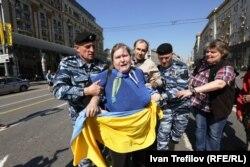 Представники ОМОНу затримують громадську активістку Катерину Мальдон, Москва, 1 травня 2014 року