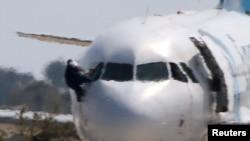 Заложник покидает самолет через окно кабины пилотов