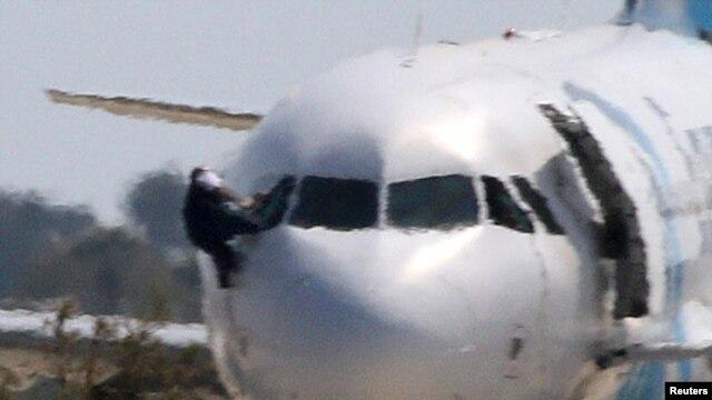 Заложник покидает самолет через окно кабины пилотов. Кипр, 29 марта 2016 года.