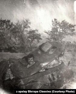 Афіцэры фатаграфуюцца ў «сплюшчаным» выбухам аўтамабілі