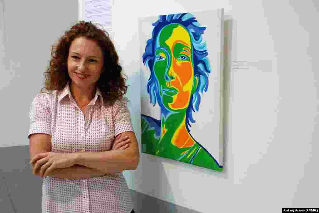 Чех суретшісі Вероника Кубикова өз автопортреті жанында тұр.