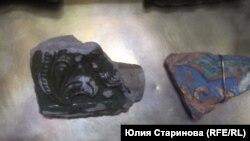 Части старинных изразцов. Их Петр Дроздов нашел на огороде