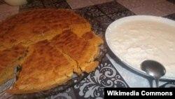 Сискал (кукурузная лепешка) и творог со сметаной с добавлением солено-кислой сыворотки