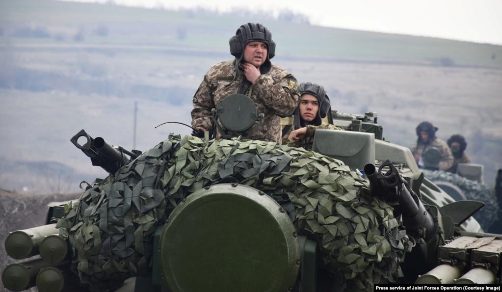 Ushtarët ukrainas vozisin makinat për sulme kundër-ajrore të tipit Tunguska.