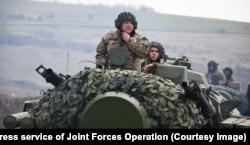 Prajurit Ukraina di atas kendaraan antipesawat Tunguska