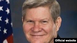 تیم جانسون٬ دبیر کمیته بانکی سنا- کمیته بانکی سنای آمریکا مسئولیت نظارت بر قانون تحریمها را بر عهده دارد.