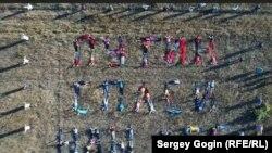 """Накануне визита в Ульяновск президента Владимира Путина, который 22 сентября 2017 года провел здесь заседание президиума Госсовета, активисты протеста провели флешмоб, выложив своими телами фразу """"Путин, спаси наш лес"""""""