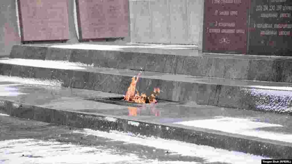 Вічний вогонь горить біля монумента