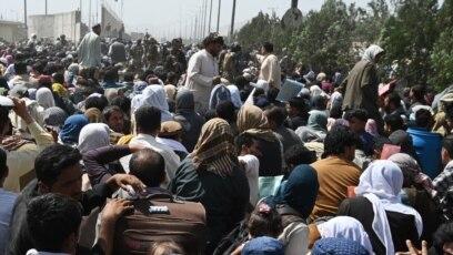 Afganistanci okupljeni na putu u blizini vojnog dijela aerodroma u Kabulu 20. avgusta