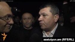 Начальник Полиции Армении Владимир Гаспарян на проспекте Багратяна беседует с директором Радио Азатутюн Грайром Тамразяном, 9 апреля 2013 г.