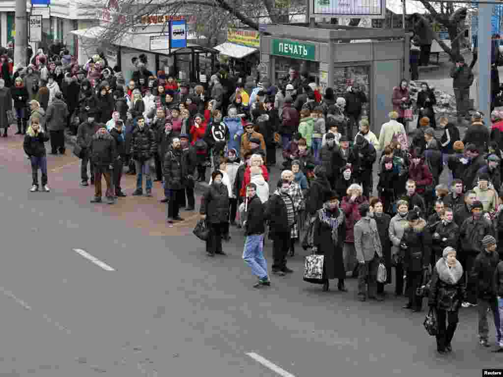 "Люди ждут наземный транспорт у метро ""Парк Культуры"""