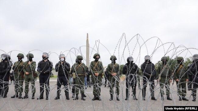 «Марш нової Білорусі»: 200 тисяч протестуючих рушили в центр Мінська