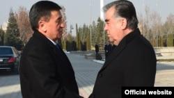 Эмомали Рахмон и Сооронбай Жээнбеков. Архивное фото