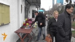 У консульства Франции в Алматы